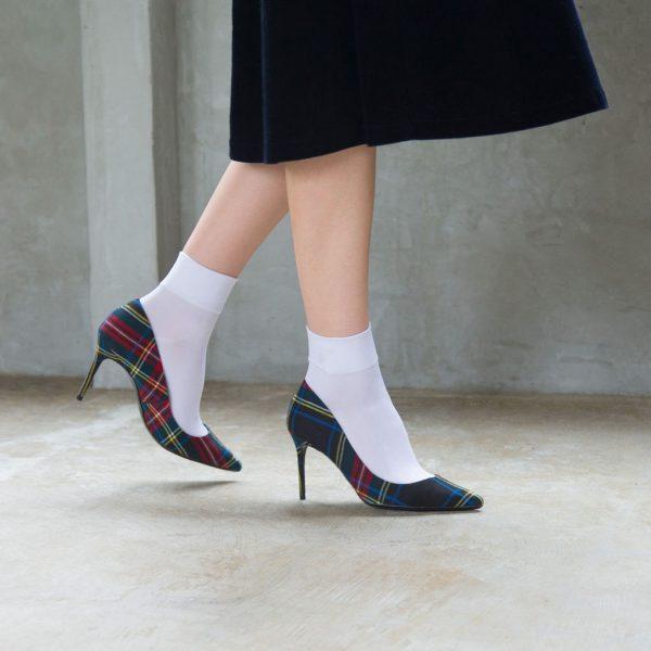 靴下をトレンドのチェックパンプスと合わせたスタイル