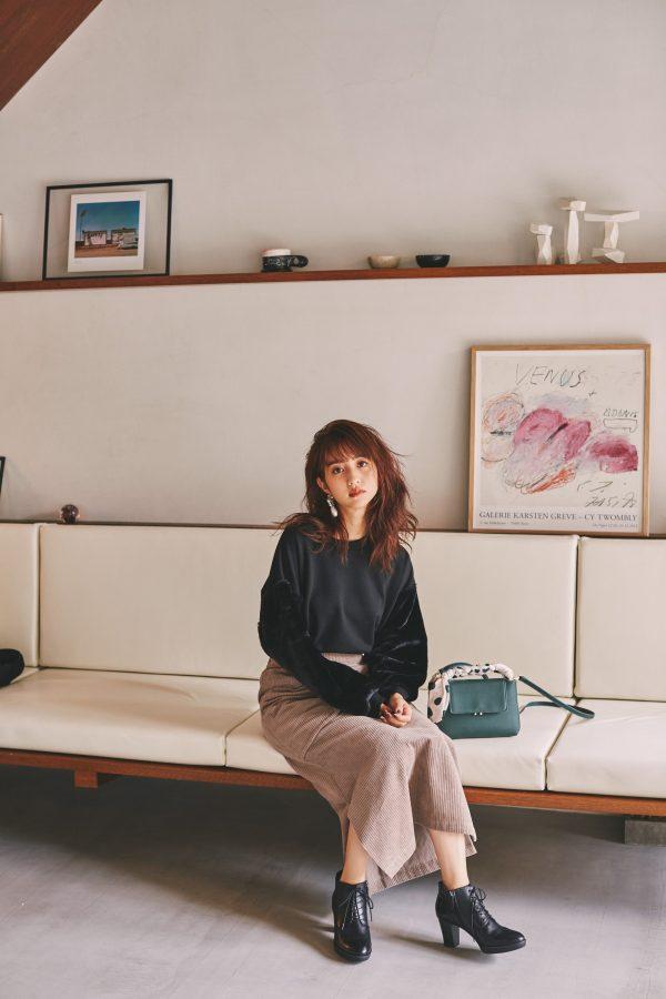 堀田茜,コーデュロイスカート,スウェット,ショートブーツ