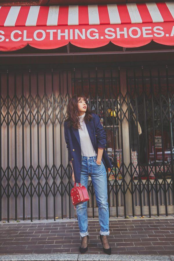 紺ジャケット×ニット×ロールアップデニムパンツ