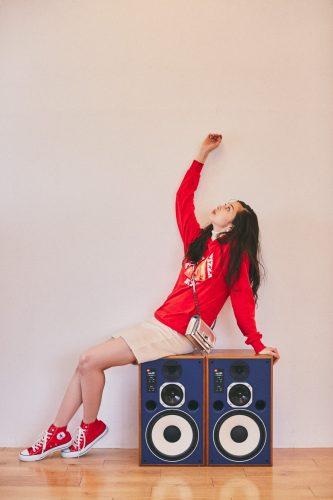 赤パーカー×スニーカー×白ミニスカート