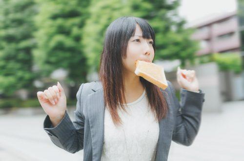 トーストをくわえて走る女性