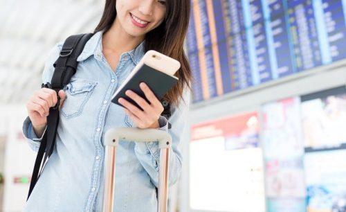 空港で飛行機を待つ女性