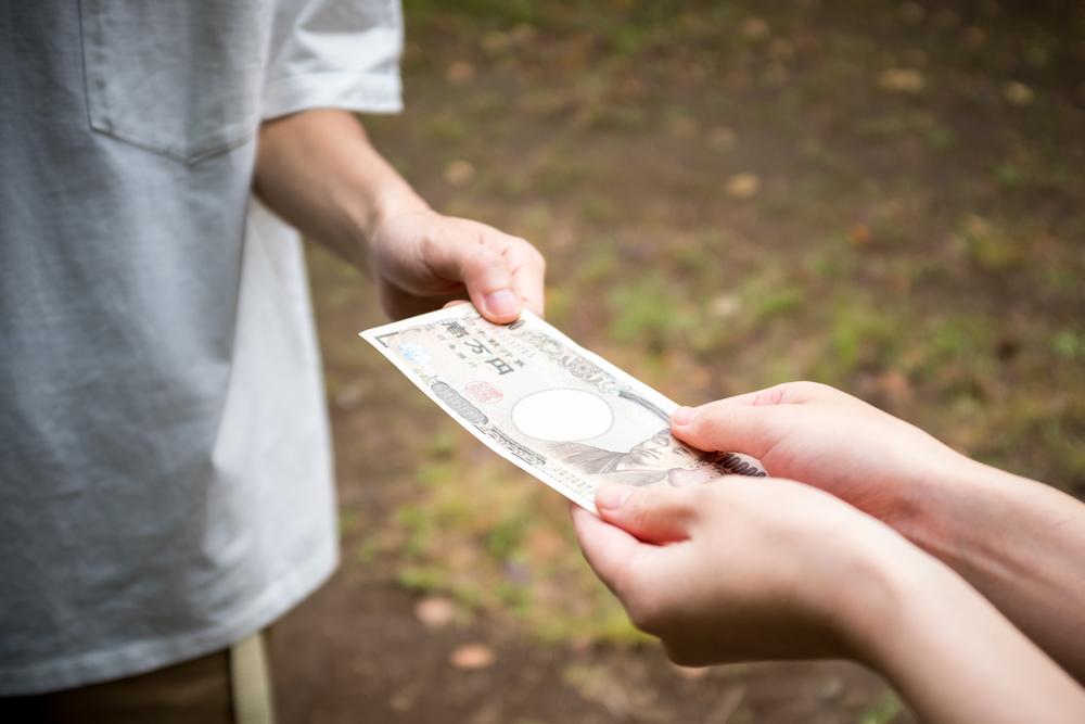 を 人 くれる お金 て 貸し