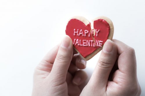 バレンタインの割れたハートクッキー