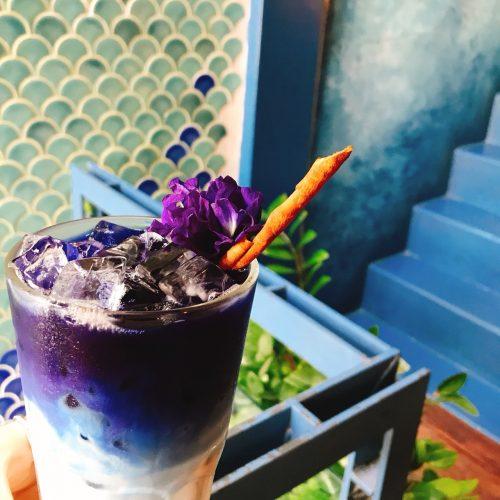 タイのブルーホエールマハラートの真っ青ラテ