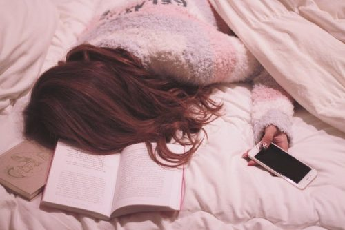 眠りにつく女子