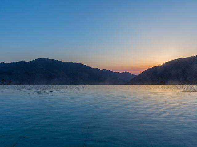 箱根小涌園 天悠、大浴場、露天風呂、温泉、箱根、外輪山、朝靄