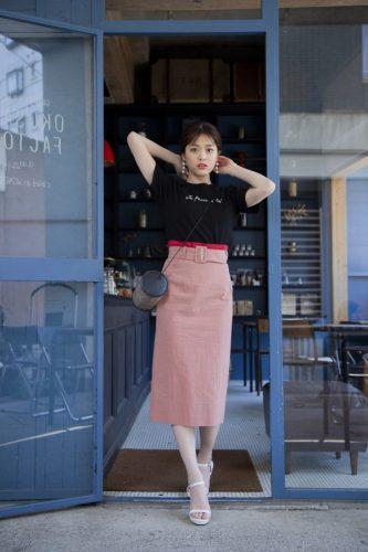 黒Tシャツ×タイトスカート