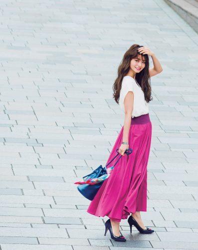 白T×ビビッドピンクスカート