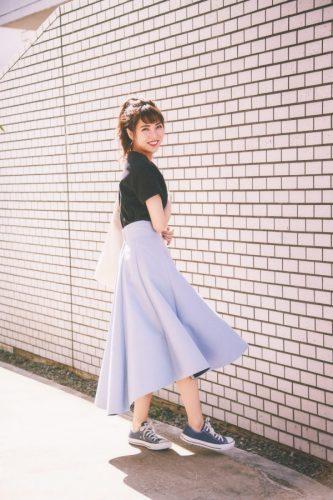 黒Tシャツ×パープルスカート