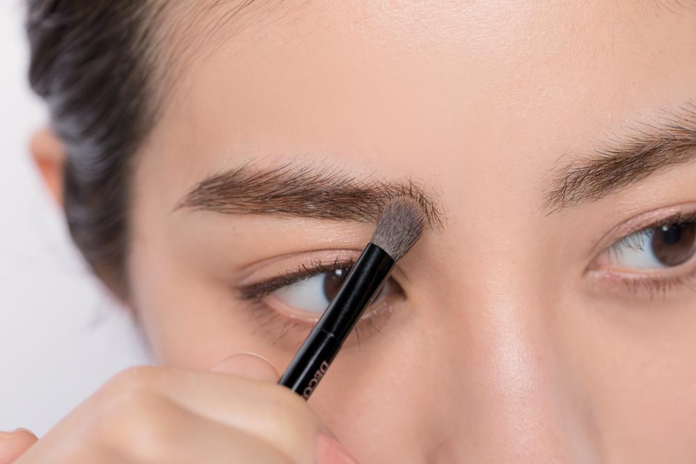 STEP③筆に残ったパウダーで眉頭を描く
