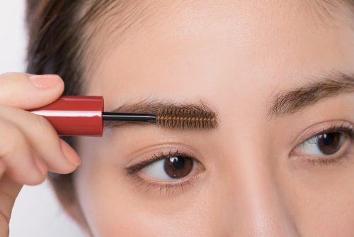 STEP⑤残った液で眉頭の毛を上へとかす