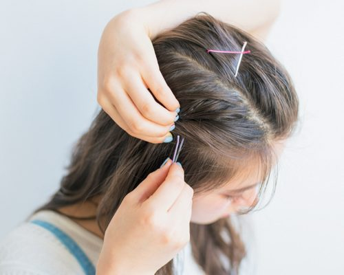 ピンでとめた前髪がガーリーなミディアムヘア