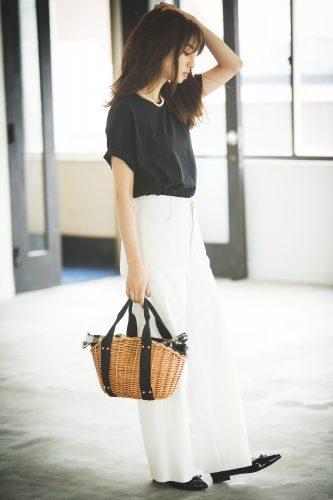 黒Tシャツのモノトーンスタイル