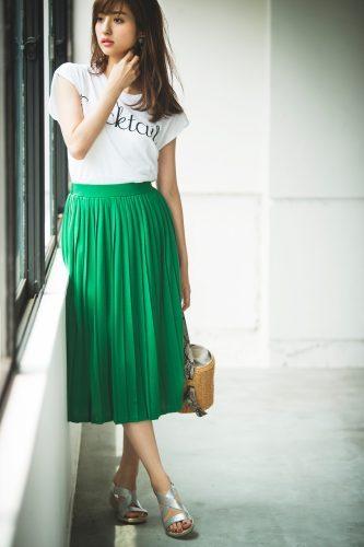 白Tシャツ×グリーンスカート