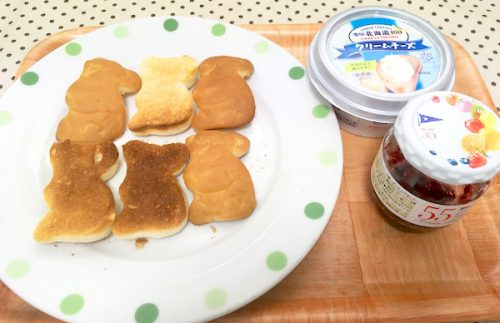 コアラパンにクリームチーズ+ブルーベリージャム