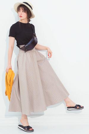 ボリューミーなスカートはシンプルにまとめるのが正解
