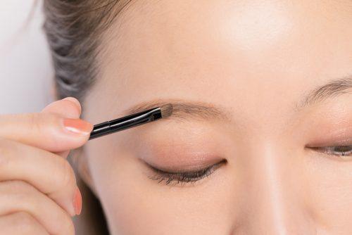 STEP①濃いめのパウダーを眉の形に沿ってざっくりとのせる
