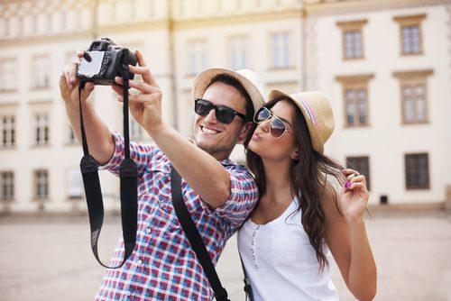 恋人と写真を撮る