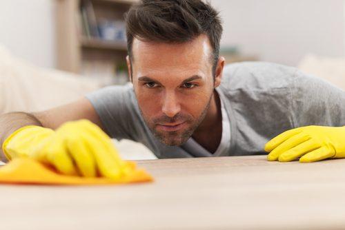 掃除する男