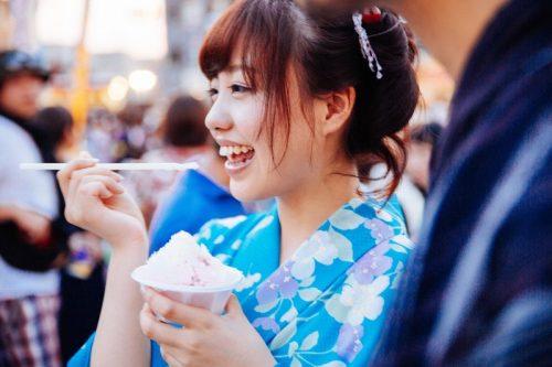 浴衣でかき氷を食べる夏デート
