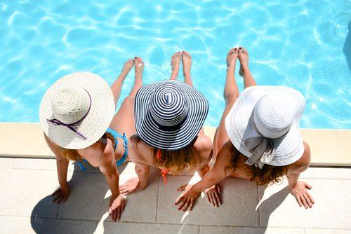 プールにたたずむ女性たち
