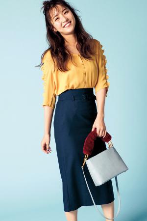 袖フリルがキュートなブラウスをタイトスカートで美人に見せて♪
