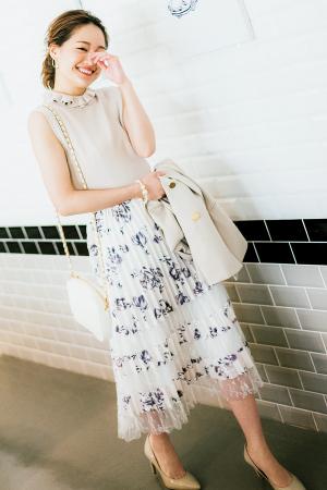 クラシカルな花柄スカートで作る優しげなワントーンスタイル