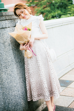 カットワークで花柄スカートを大人っぽくアップデート♡