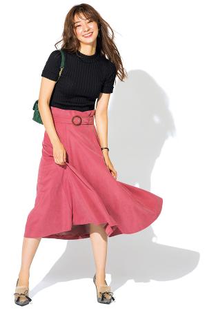 やわならかなピンクスカートを黒ニットで大人めにシフト