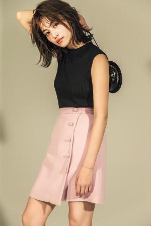 スイーツみたいに甘いピンクもミニスカならこんなにヘルシー♪