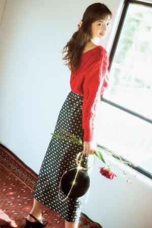赤ニット×小花柄の長め丈スカートで今年っぽくレトロな雰囲気に♡