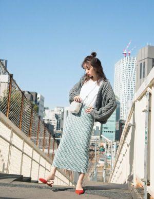 今年の春トレンドのツイードスカートを取り入れたレディスタイル