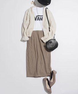 美人なタイトスカートをロゴT&ざっくりカーデでカジュアルに