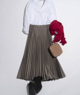 白シャツ×ひざ下スカートで完成する秋のレディコーデ