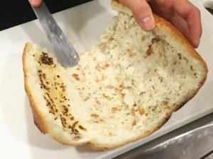 パンにパンを塗ります