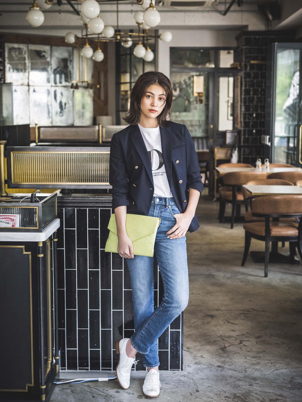 紺ジャケ・Tシャツ・デニムで魅せる男前カジュアルコーデ