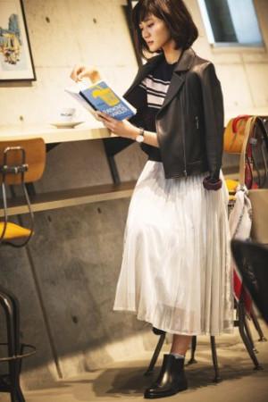 ライダース×白スカートで大人の着こなしをアップデート!