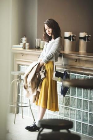 雨気分を吹き飛ばす、春トレンドのカラースカートが主役のコーデ
