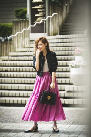 肌寒い季節の変わり目はキレイ色のスカートで気分を上げて