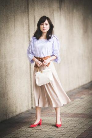 便利な「ベルト付きスカート」×オフショルダーブラウスのコーデ