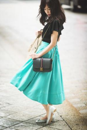 清々しい天気に映える、キレイ色スカートが主役の初夏コーデ