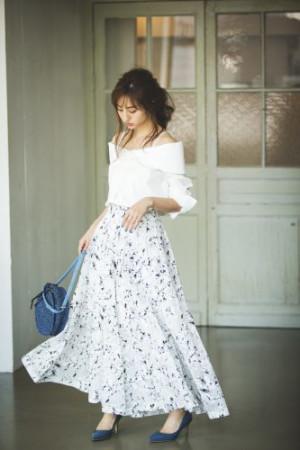 カラッと晴れた日に映える、花柄パンツが主役のコーデ♡