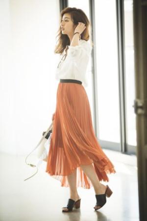 色っぽかわいいプリーツスカートで通勤スタイルを華やかに♡