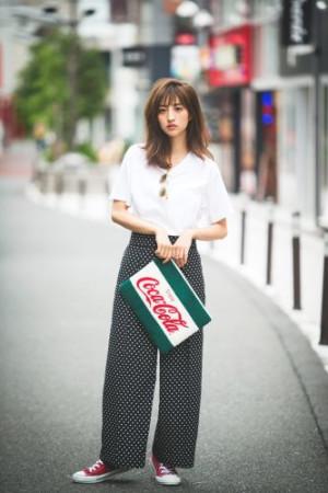「コカ・コーラ」のロゴがキュート♡ お茶目クラッチが主役のコーデ