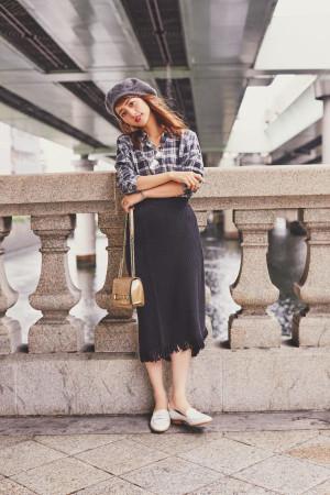白黒チェックシャツ×フリンジタイトスカートのこなれたカジュアルスタイル
