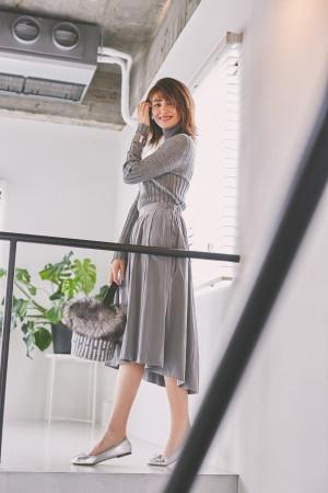 オシャレ上級者のシルバーコーデはスカートで女性らしく