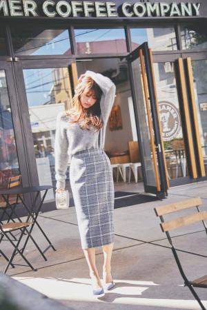 シックなグレーでまとめた大人可愛いスカートスタイル