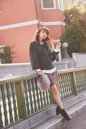 冬のミニスカートは、ニット×シャツのレイヤードスタイルで大人っぽく♡
