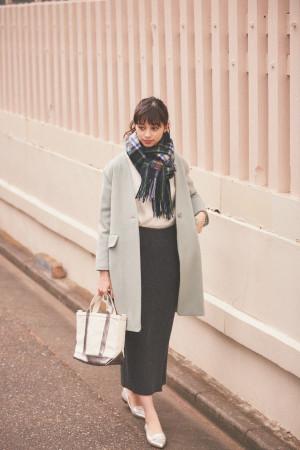 冬の寒い日を乗り切るミントカラーのコートが主役のコーデ